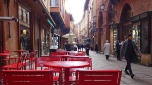Bologna Italien Gasse roter Stuhl
