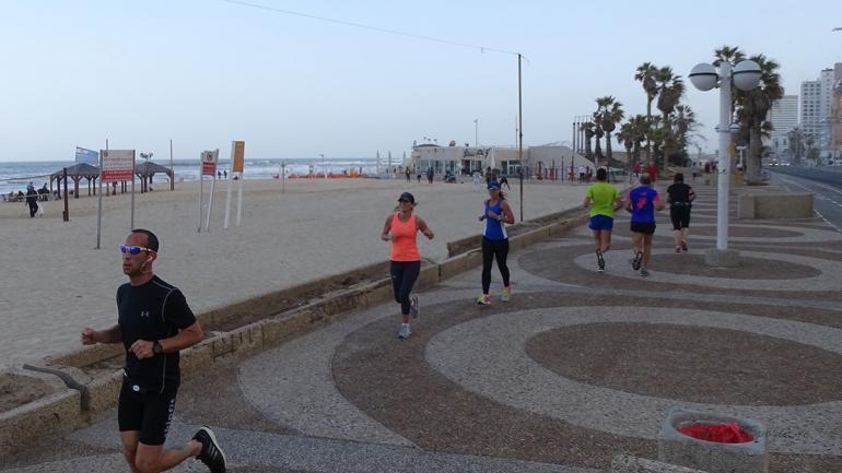 tel-aviv-marina-jogger-promenade