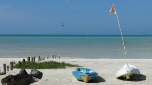 Isla Holbox Kanus am Strand
