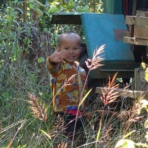 Myanmar Bilder Hsipaw Winkendes Kind